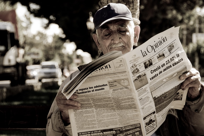 2012_newspaper_reader_Santa_Cruz_Argentina_7133646327